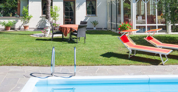 Garden and swimming pool from the pension Weingarten